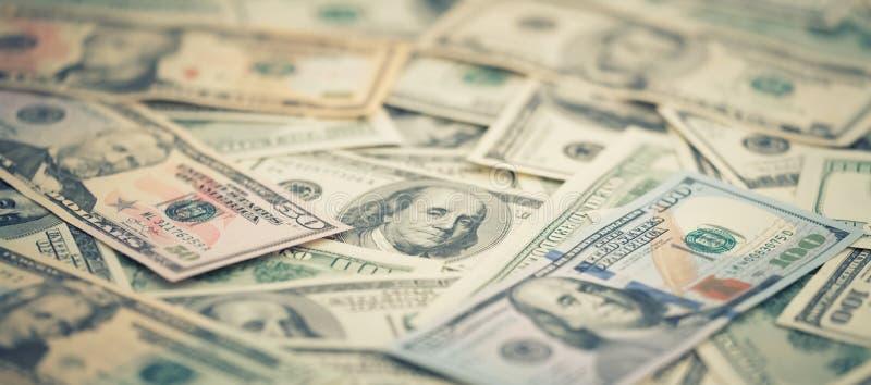 Tapetsera amerikanska pengar 5,10, 20, 50, ny räkning för closeupserien för dollar 100 Sedel för USA för makrobakgrundshög