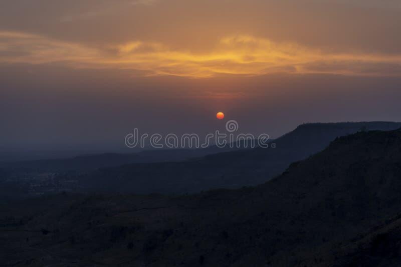 Tapetsolnedgång på Mandu arkivfoto