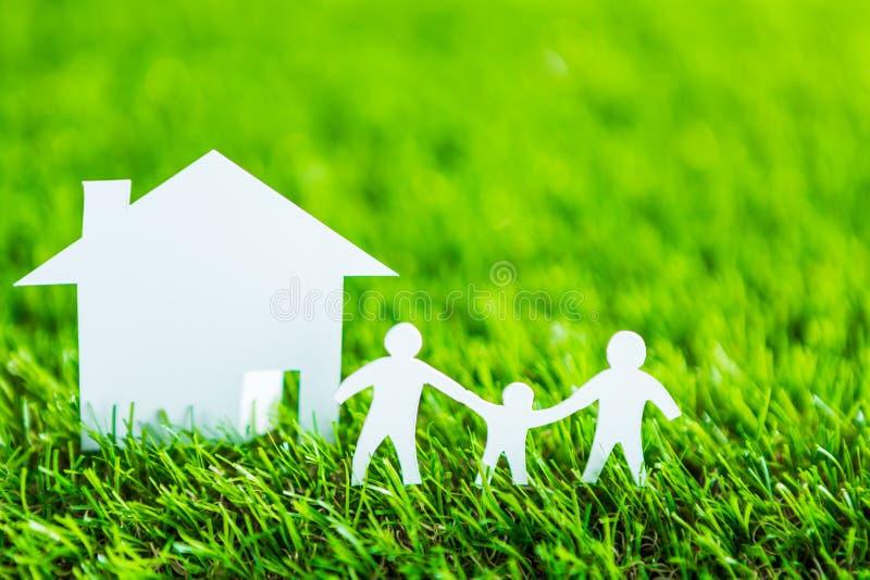 Tapetuje cięcie rodzina i mieści na zielonej trawie fotografia royalty free
