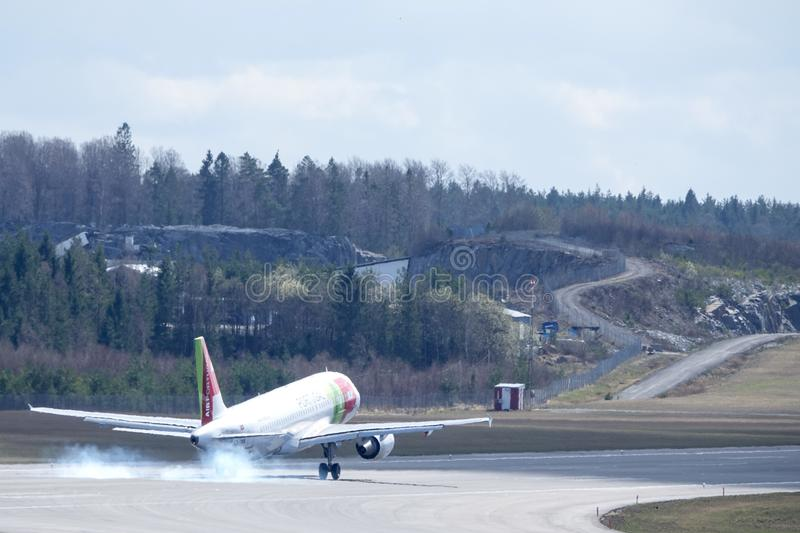 TAPEZ Air Portugal, Airbus A320 - l'atterrissage 251N image stock