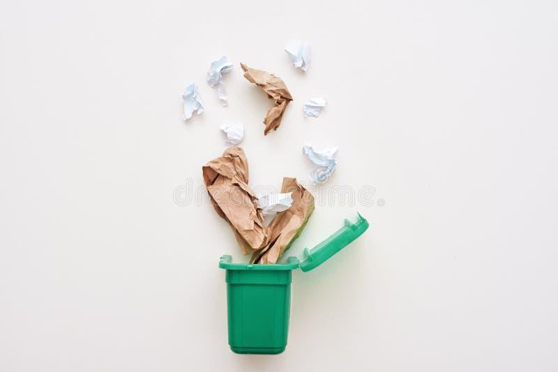 Tapezieren Sie Abfall Zerknittern Sie das Papier, das zum Wiederverwertungsbehälter fällt lizenzfreie stockfotografie