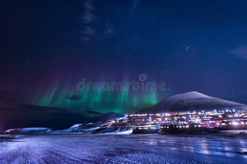 Tapezieren Sie Norwegen-Landschaftsbeschaffenheit der Berge der Gebäude-Schneestadt Spitzbergens Longyearbyen Svalbard auf einem  stockfotografie