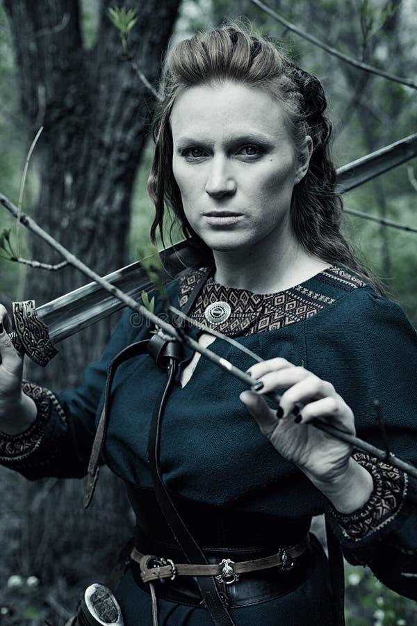Tapfere Skandinavische Frau Mit Bratpfanne Stockfoto