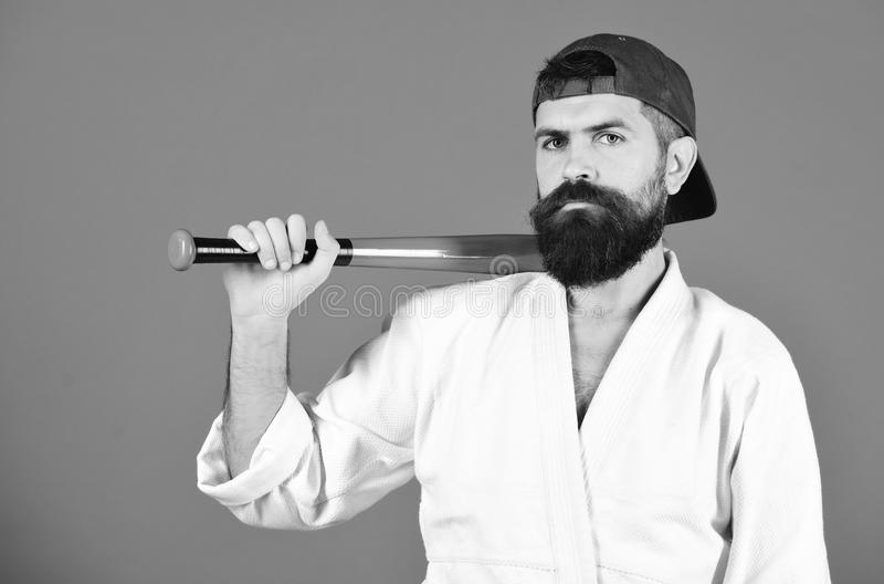Tapferer Mann Grober Mann Gewalttätigkeit und Einschüchterungskonzept Karatemann mit ernstem Gesicht lizenzfreie stockfotos