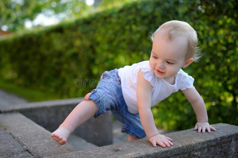 Tapferes kleines Mädchen, das erlernt zu steigen lizenzfreies stockfoto