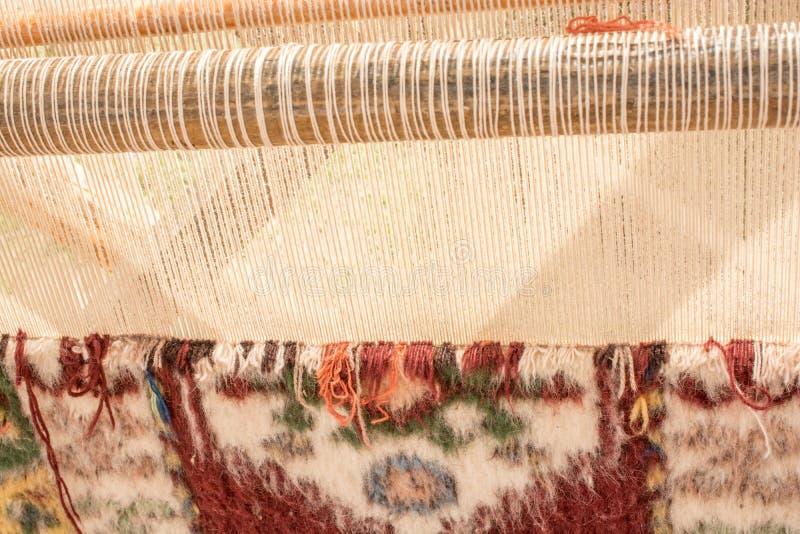 Tapijt van traditionele types op een weefgetouw stock afbeelding