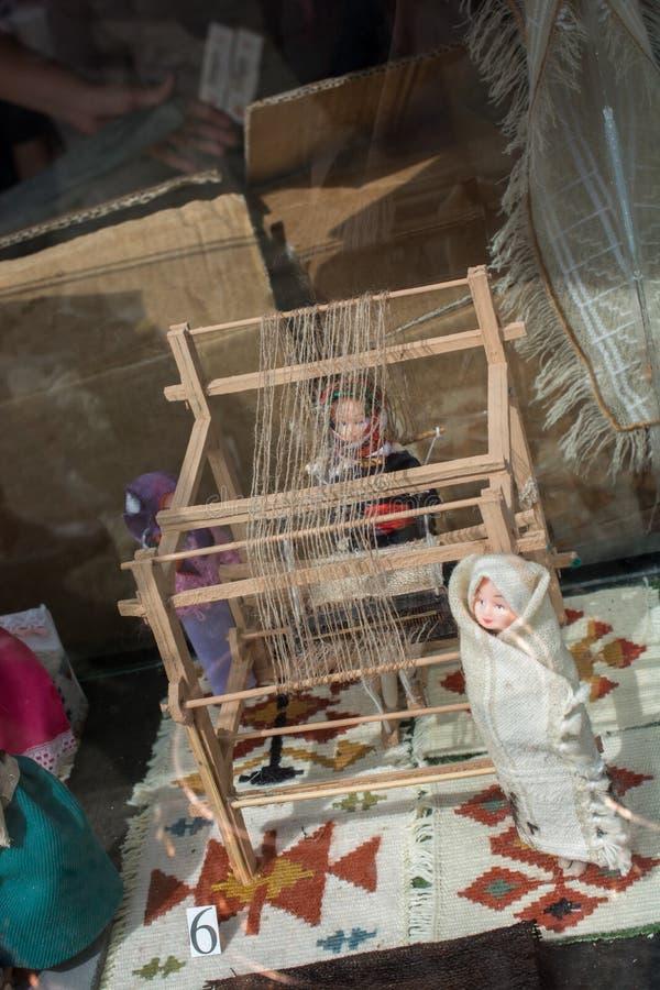 Tapijt van traditionele types op een weefgetouw stock foto's