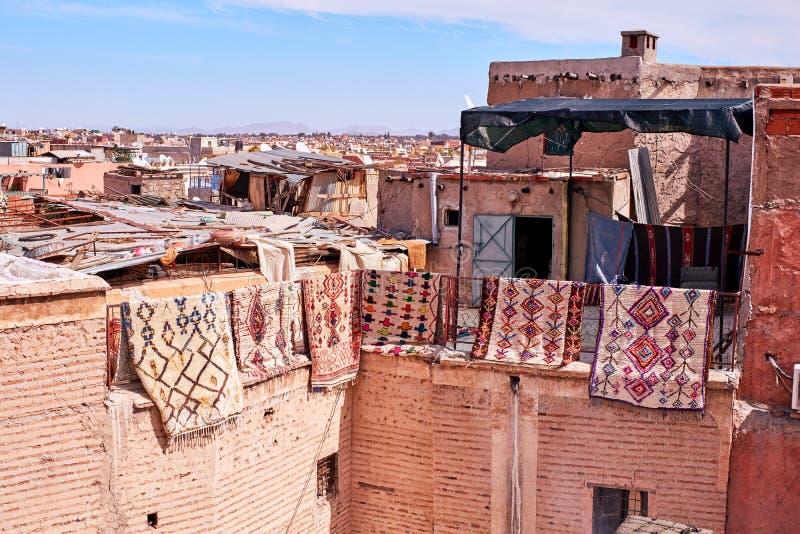 Tapijten die van een dak in Medina Marrakech hangen royalty-vrije stock foto