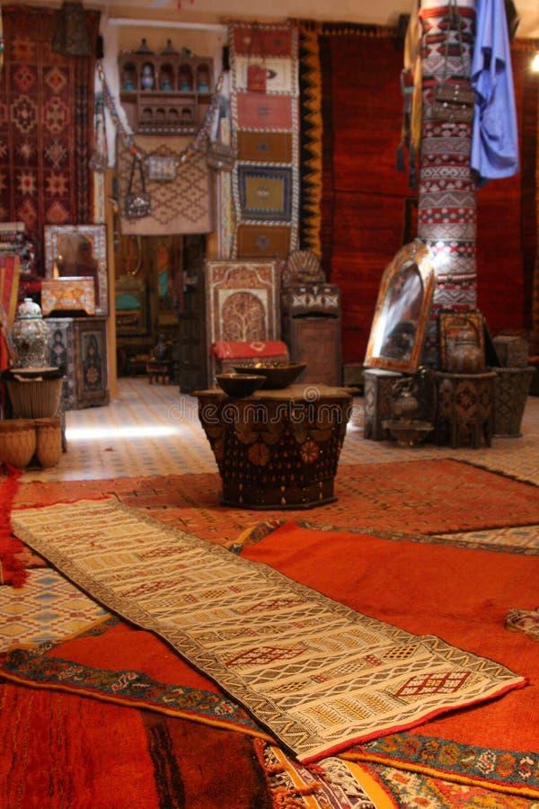Tapijten in een Marokkaan binnen stock foto