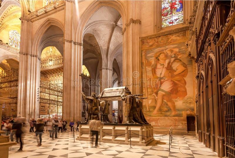 Tapijten, fresko en standbeelden binnen de 16de eeuw Sevilla Cathedral met gouden decoratie en hulp royalty-vrije stock foto