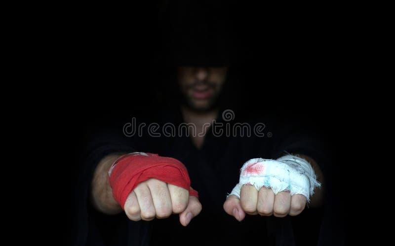 Taping de professionnel et taping d'amateur Comparaison de poings de boxeurs photo libre de droits