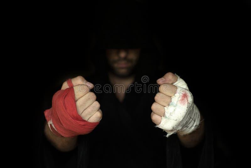 Taping de professionnel et taping d'amateur Comparaison de poings de boxeurs photo stock