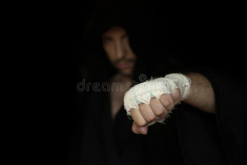 Taping profesional Mano del favorable boxeador con el vendaje en el puño antes de la lucha El combatiente profesional se prepara  fotos de archivo