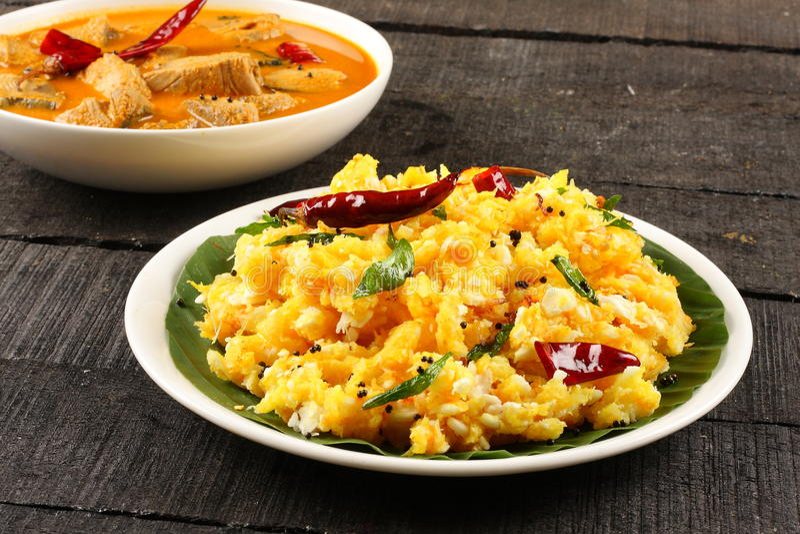 Tapiocas do alimento de Kerala servidas com caril dos peixes, fotos de stock royalty free