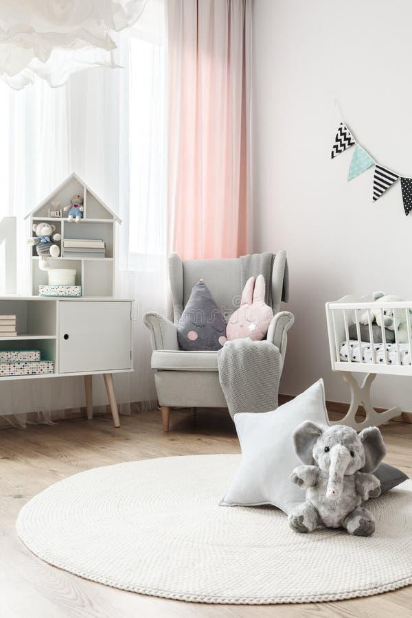 Tapis blanc dans la pièce du ` s de bébé images stock