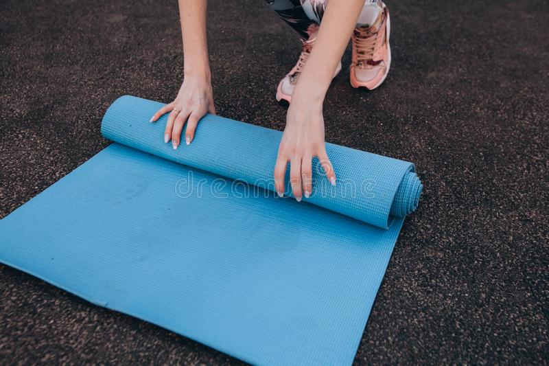 Tapis bleu de forme physique après la formation au stade photos libres de droits
