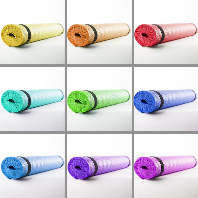 Tapis colorés pour la forme physique sur un fond blanc photographie stock libre de droits