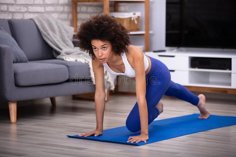 Tapis d'Exercising On Fitness d'athl?te f?minin photographie stock
