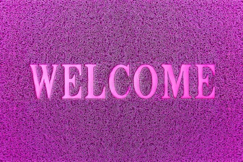 Tapis de porte pourpre bienvenu Fond bienvenu de tapis photographie stock libre de droits