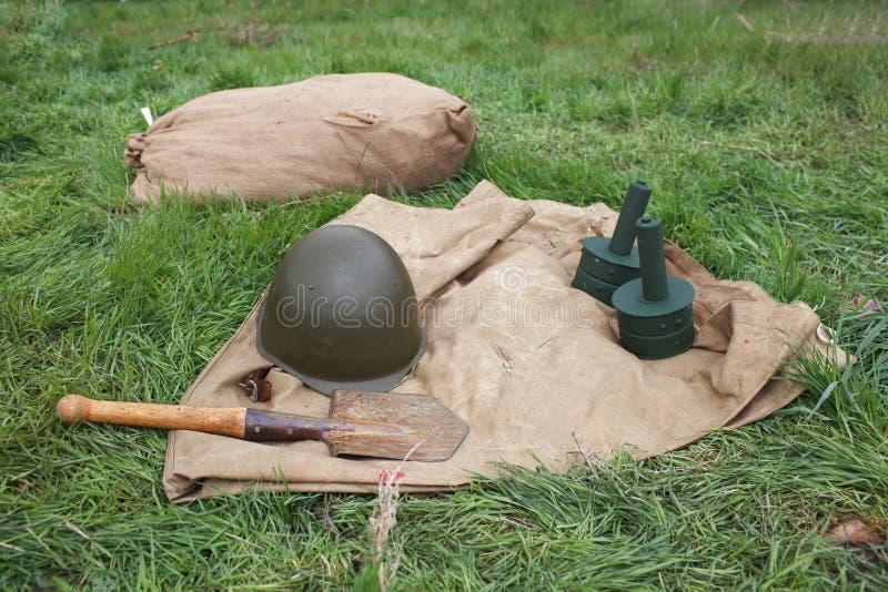 Tapis de sol, grenades, casque, pelle images stock