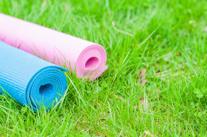 Tapis de yoga sur l'herbe Concept de forme physique images stock
