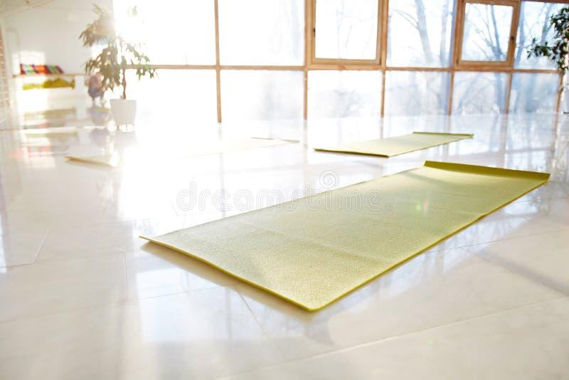 Tapis de yoga sur le plancher dans le hall image stock