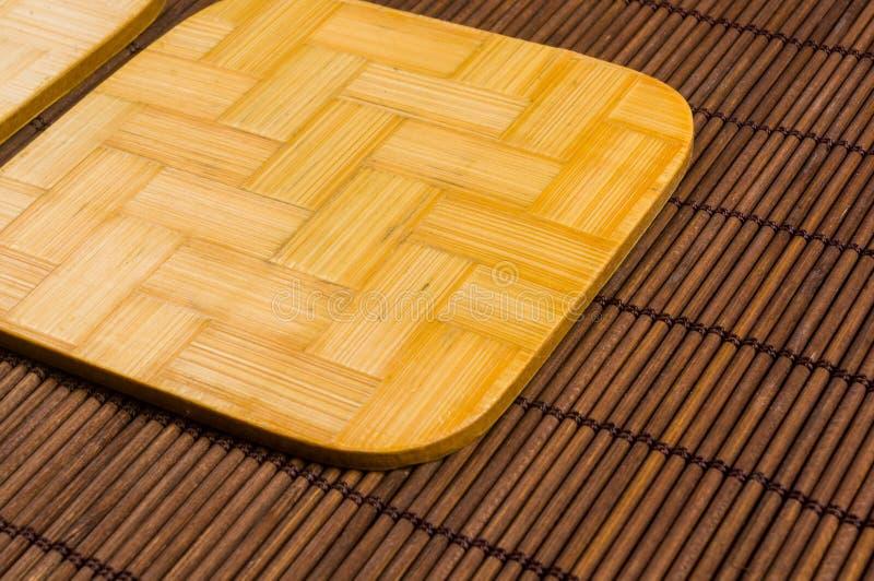 tapis en bambou - nourriture de support avec les supports en bambou pour le fond chaud, en gros plan, en bois image libre de droits