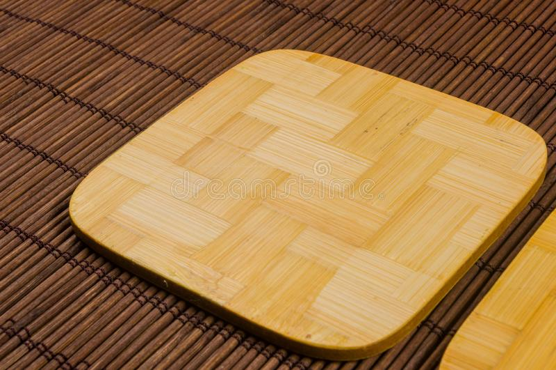 tapis en bambou - nourriture de support avec les supports en bambou pour le fond chaud, en gros plan, en bois photographie stock libre de droits