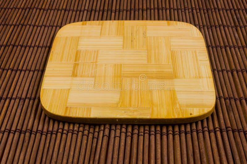 tapis en bambou - nourriture de support avec les supports en bambou pour le fond chaud, en gros plan, en bois photographie stock