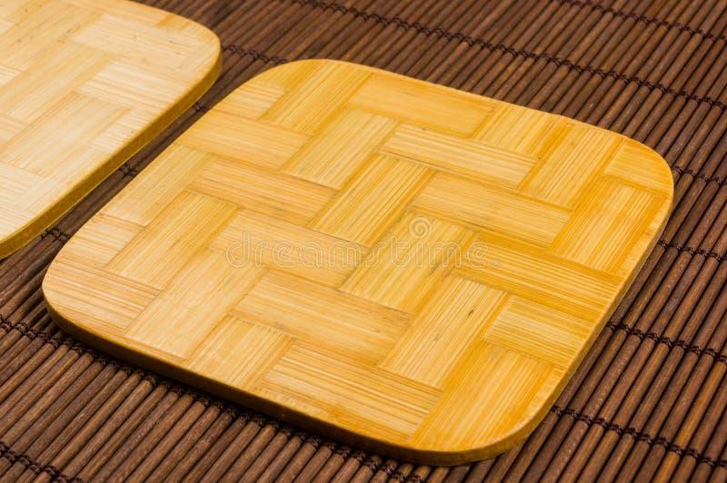 tapis en bambou - nourriture de support avec les supports en bambou pour le fond chaud, en gros plan, en bois photos stock