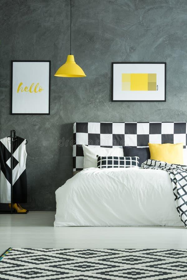 Tapis géométrique dans la chambre à coucher foncée photo stock