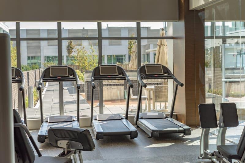 Tapis roulant au centre de fitness images libres de droits