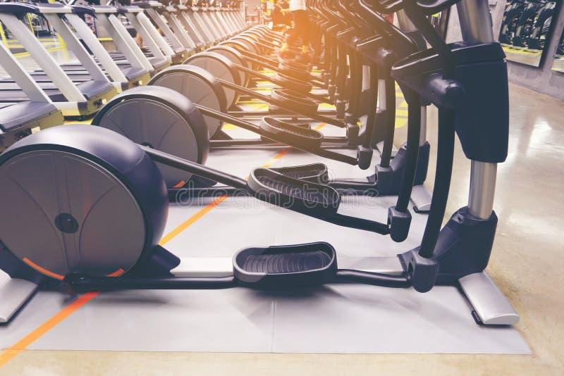Tapis roulant et équipement divers pour le muscle fort d'exercice dans le gymnase de forme physique images libres de droits