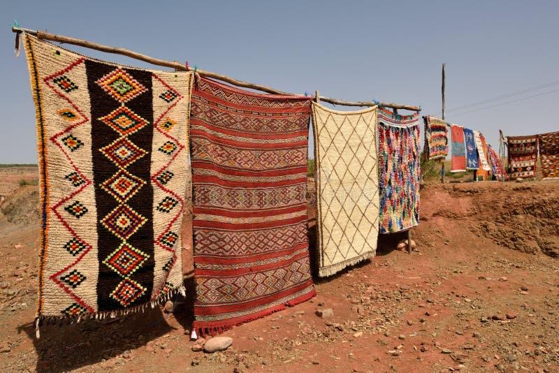 Tapis traditionnels de berber à vendre au Maroc photo libre de droits