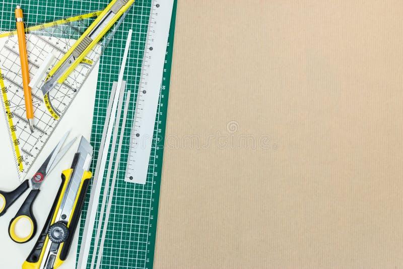 Tapis vert de coupe avec des outils d'école et des fournitures de bureau sur le bureau photographie stock libre de droits
