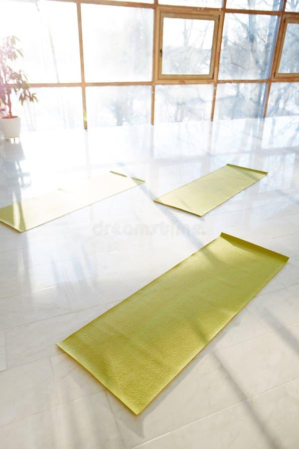 Tapis verts sur le plancher brillant dans le hall images libres de droits