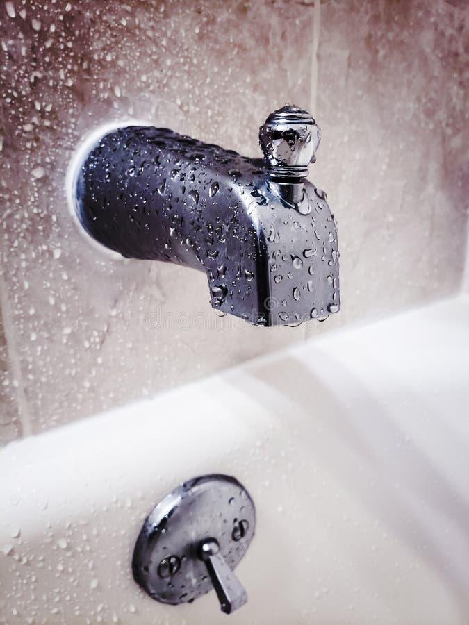 Tapkraan die een bad in een badkuip nemen royalty-vrije stock foto