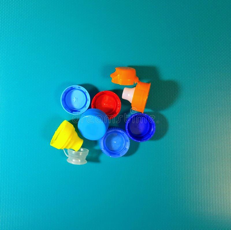 Tapones de tuerca pl?sticos de la botella en azul fotos de archivo libres de regalías