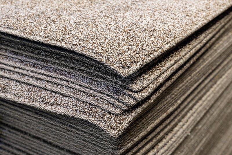 Tappeti da bagno che grigi della pila i tappeti da bagno impilano, impilato sopra a vicenda fotografie stock libere da diritti