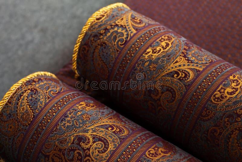 Tappeti orientali d'annata rotolati, primo piano immagine stock