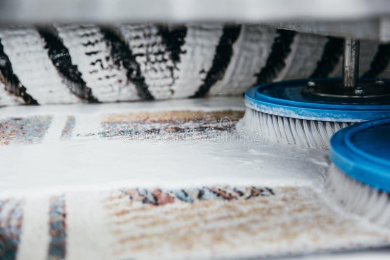 Tappeto a macchina di pulizia fotografia stock libera da diritti