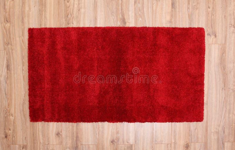 Tappeto rosso su un parquet fotografie stock