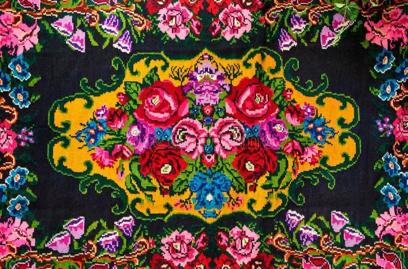 Tappeto tessuto nazionale moldovan, ornamento con le rose dei fiori immagine stock libera da diritti