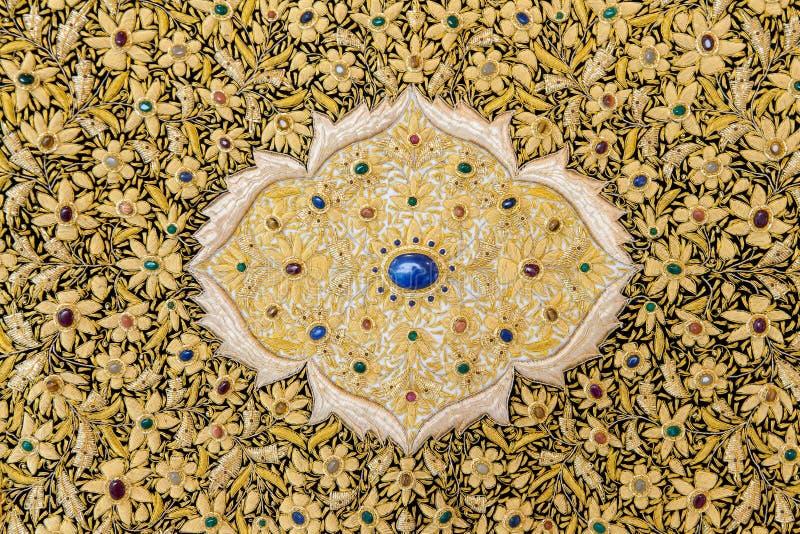 Tappezzeria ricamata con il filetto dell 39 oro immagine for Tappezzeria prezzi