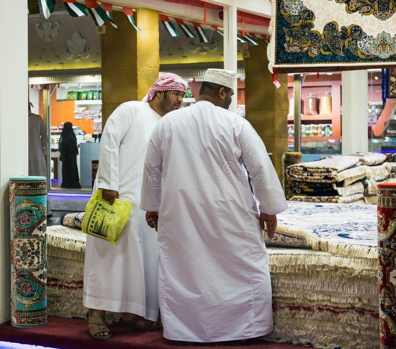 Tappezzi i compratori nel villaggio globale i del centro di spettacolo del parco fotografie stock libere da diritti