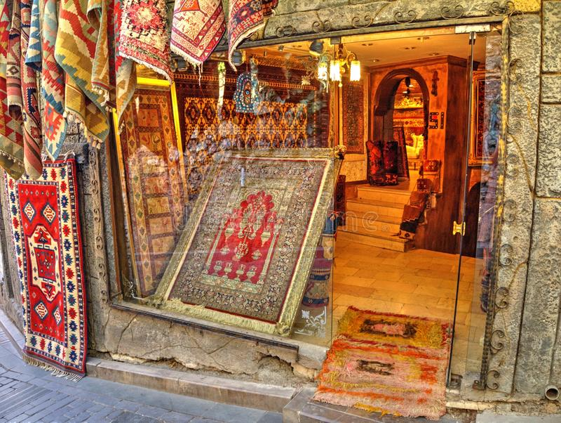 Tappezzi il negozio nel centro storico di Adalia, Turchia immagini stock libere da diritti