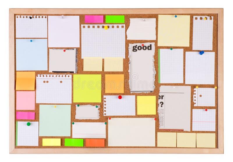 Tappi la bacheca con molti pezzi di carta in bianco immagini stock