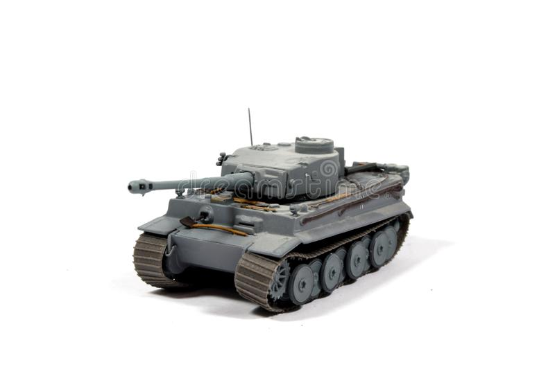Tappning anv?nde barnets Toy Tank On White Background arkivfoto