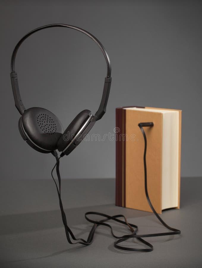 Tappning bokar på grå bakgrund med en Headphone, begreppet för A royaltyfri fotografi