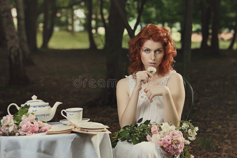 Tappning färgar ståenden av den härliga kvinnan royaltyfri fotografi